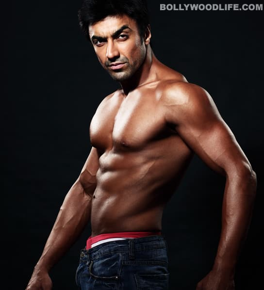 Ashish Chowdhry gets all steamy and sizzling with those bronzed abs and rippling biceps. And to think he lost it all to play a woman in <i>Double Dhamaal</i>. Tch tch.
