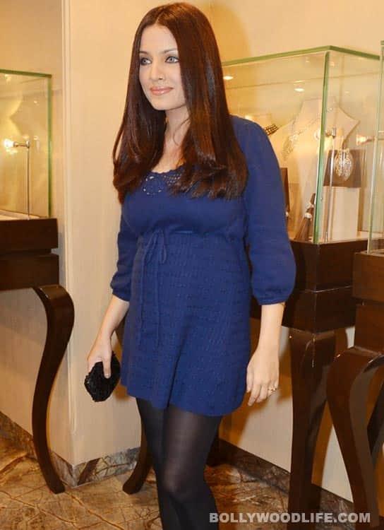 Celina Jaitley flaunts her baby curve!
