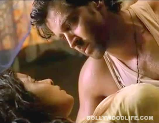 AGNEEPATH 'O Saiyyan' song: Hrithik Roshan and Priyanka Chopra's romance is intense