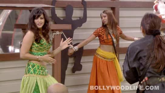 BIGG BOSS 5: Sunny Leone seduces Andrew Symonds!