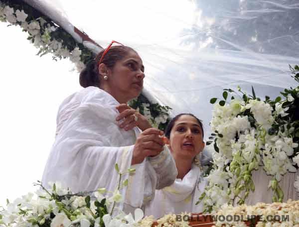 Rajesh Khanna funeral pictures: Akshay Kumar, Dimple Kapadia, Amitabh and Abhishek Bachchan and Karan Johar pay homage