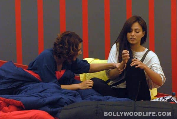 Bigg Boss 6, Day 77 synopsis: Aashka Goradia breaks down in her mother's arms