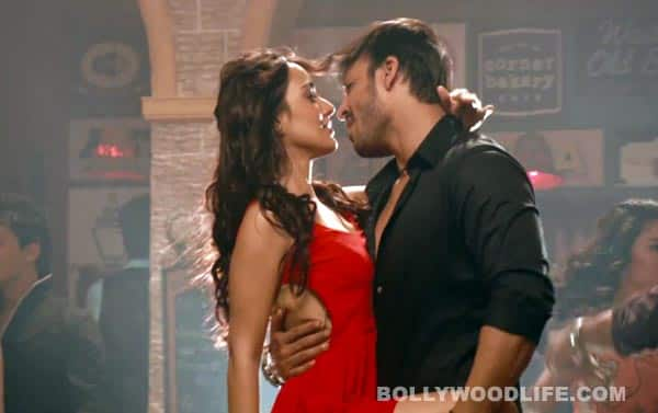 Jayantabhai Ki Luv Story song Thoda Thoda: Neha Sharma forcefully kisses Vivek Oberoi!