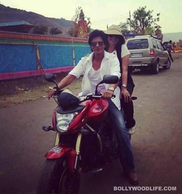SHAHRUKH KHAN EN MOTOCICLETA EN LOS SETS DE CHENNAI EXPRESS SRK-ChennaiExpress060513130506133237