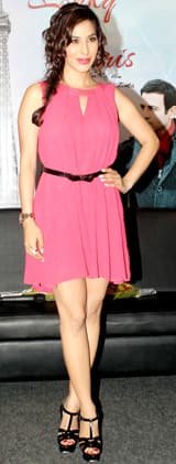 Sophie Choudry looks chic in a pink coloured summery short dress!