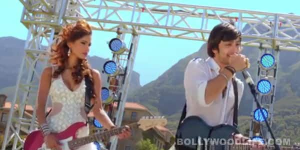 Yaariyan Song Meri maa: Watch Himansh Kohli's desperate effort at playing the guitar!