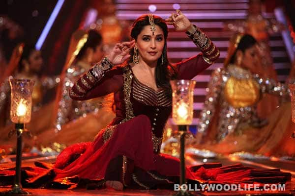 59th Idea Filmfare Awards 2013: Madhuri Dixit-Nene sets the stage on fire with her performance on Dedh Ishqiya's Atariya!