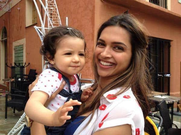 Deepika Padukone poses with a cute fan on the sets of Tamasha- Viewpic!