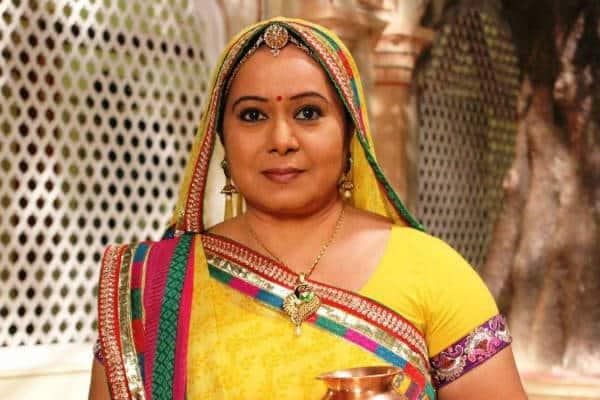 What is distracting Neelu Vaghela on the sets of Diya Aur Baati Hum?