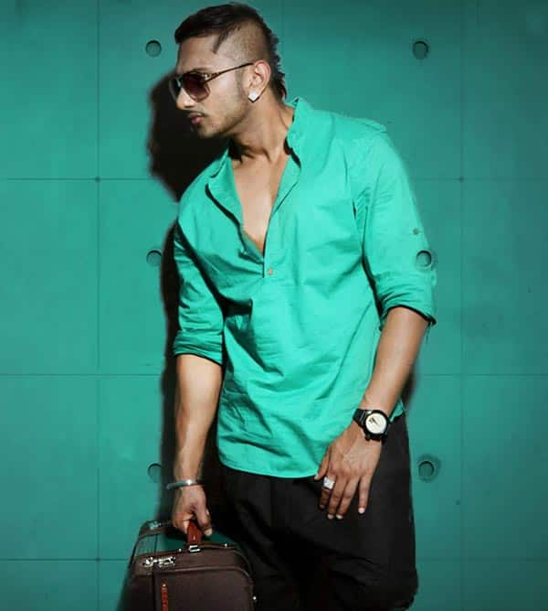 Yo Yo Honey Singh gifts gold lockets to the shortlisted contestants of India's Raw Star!