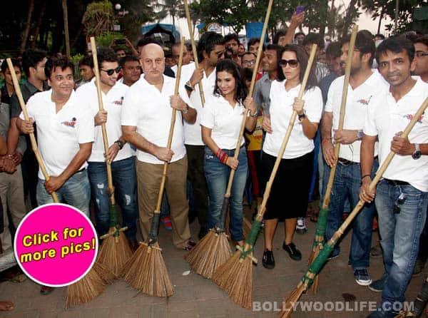 Anupam Kher, Neha Dhupia, Divyendu Sharma and the cast of Ekkees Topon Ki Salaami promote Clean India!