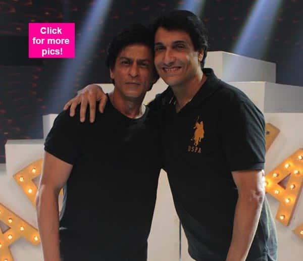 Shah Rukh Khan rehearsing with Shiamak Davar on the sets of India Poochega Sabse Shaana Kaun? View pics!