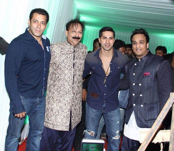 Was Salman Khan promoting Bajrangi Bhaijaan at Baba Siddiqui's Iftaar party? Watchvideo!