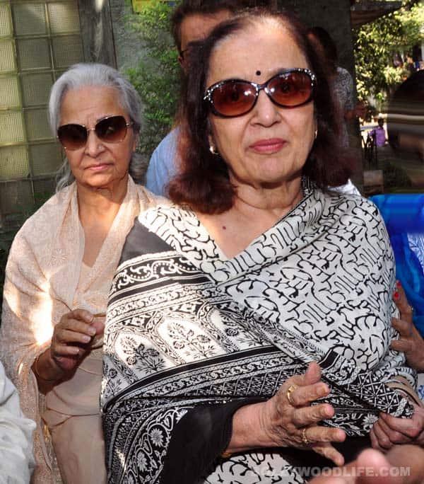 Waheeda Rehman, Asha Parekh, Helen visit Sadhana's residence after her demise