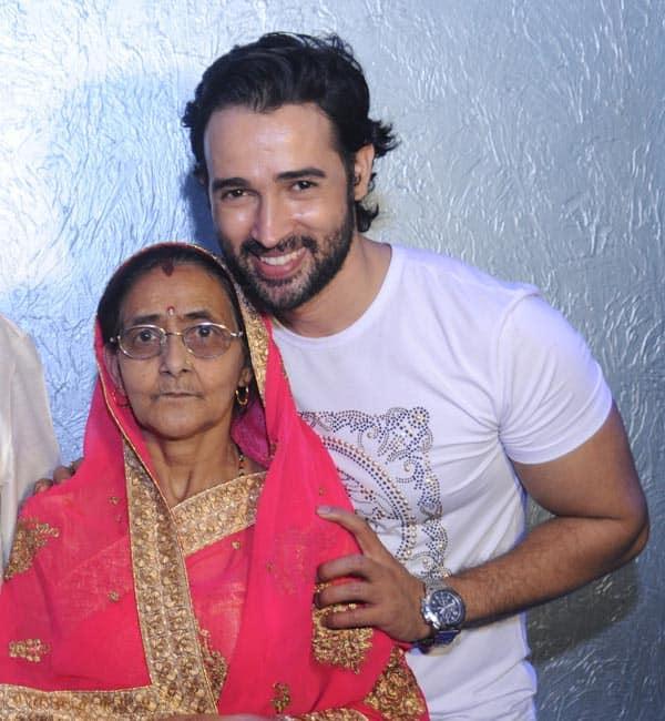 Karan-Sharma-with-his-mom