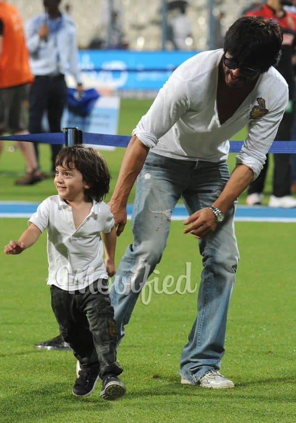shah rukh khan, abRam at Eden Gardens at the IPL match