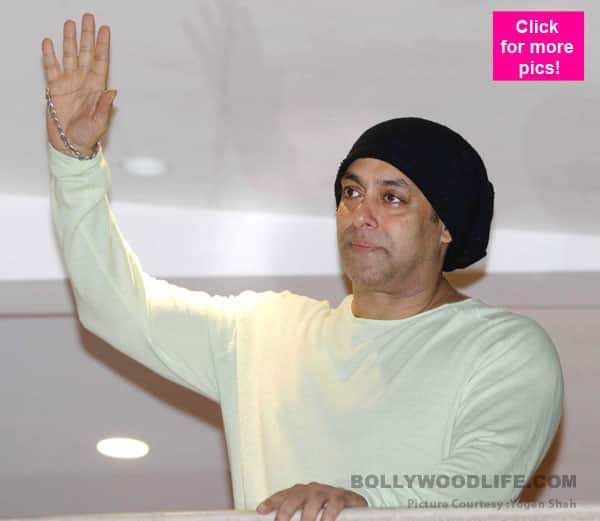 Salman Khan steps out of his balcony in style to wish his fans on Eid – view video!