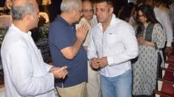 Salman Khan breaks down at Rajjat Barjatya's prayer meet as he hugs Sooraj Barjatya – watch video!
