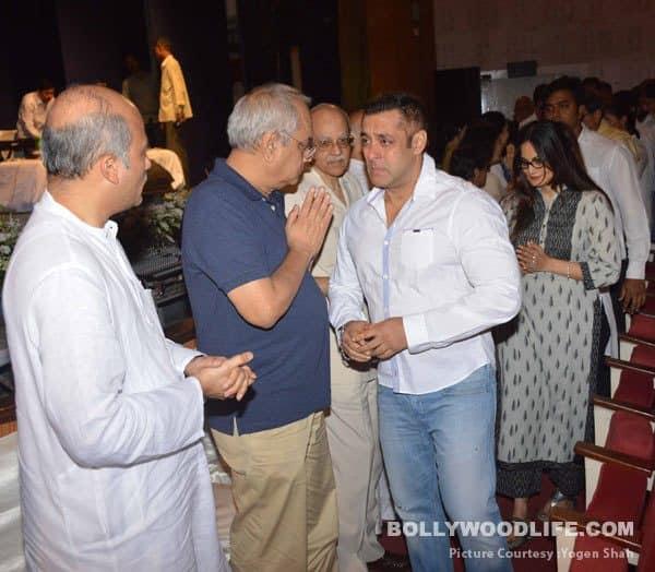 Salman Khan breaks down at Rajjat Barjatya's prayer meet as he hugs Sooraj Barjatya – watch video!