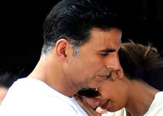 This picture of Akshay Kumar consoling ex Shilpa Shetty at her father's funeral is going VIRAL!