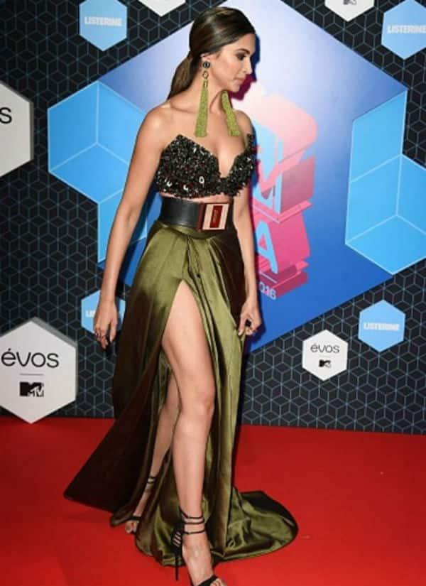दीपिका पादुकोण ने MTV अवार्ड्स में ये ड्रेस पहन कर आफत मोल ले ली !