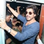 Shah Rukh Khan's arrival at Baroda station invites an uncontrollable crowd of fans - Police resort to lathi charge