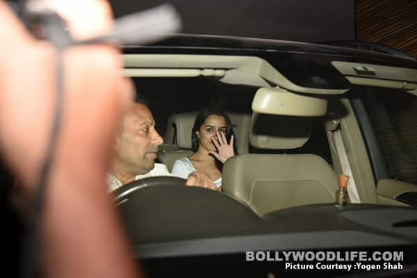 SHRADHA-KAPOOR-CLICKED-COMING-OUT-OF-AMIR-KHAN'S-RESIDENCE-BUILDING- (6)