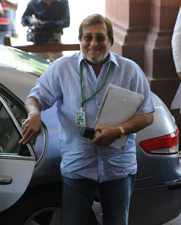 Last rites of veteran actor Vinod Khanna performed in Worli cremotarium