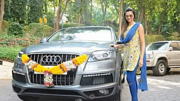 Deepika-Padukone-with-her-car