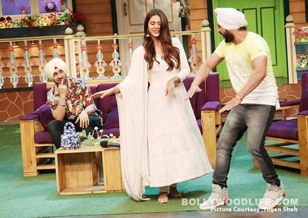 Sonam-Bajwa-dances-with-a-fan-on-The-Kapil-Sharma-Show