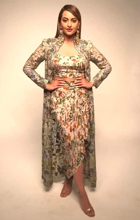 It's just another smashing day for Sonakshi Sinha in this Anamika Khanna ensemble – View Pics (6)