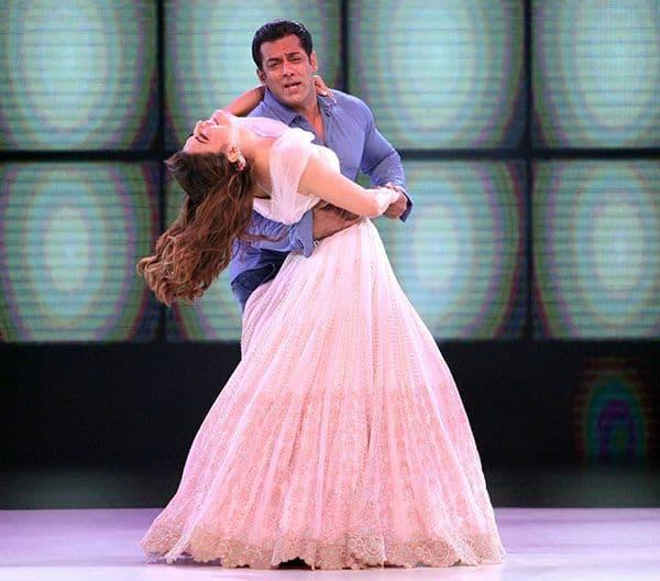 Jacqueline-Fernandez-and-Salman-Khan-for-the-promotion-of-Race-3-on-COLORS's-Dance-Deewane-(2)
