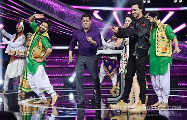 Salman-Khan-plays-garba-with-the-cast-of-Loveratri-on-Dus-Ka-Dum(1)-(1)