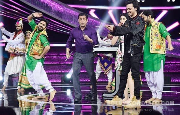 Salman-Khan-plays-garba-with-the-cast-of-Loveratri-on-Dus-Ka-Dum(1)