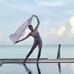 This picture of the bikini clad Sushmita Sen will bring back  the memories of 'Chunari Chunari'