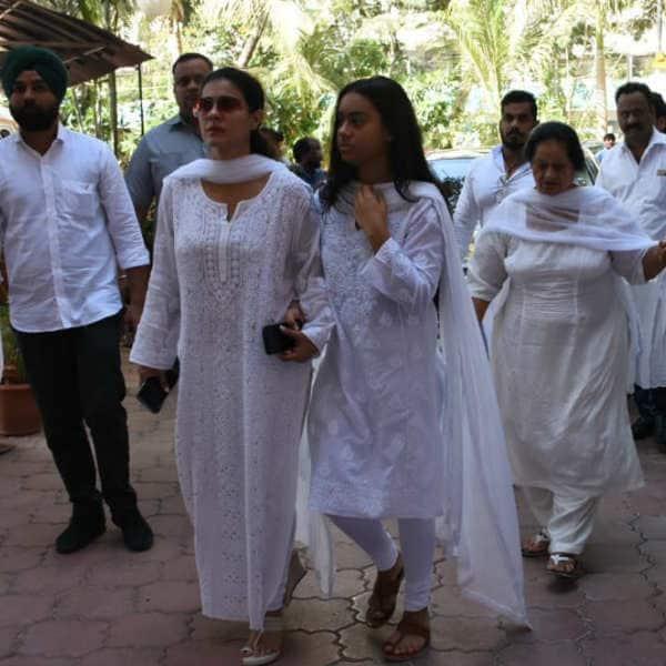 न्यासा दिखी मां काजोल के साथ