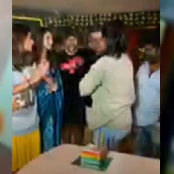 हिना ने सभी को खिलाया केक