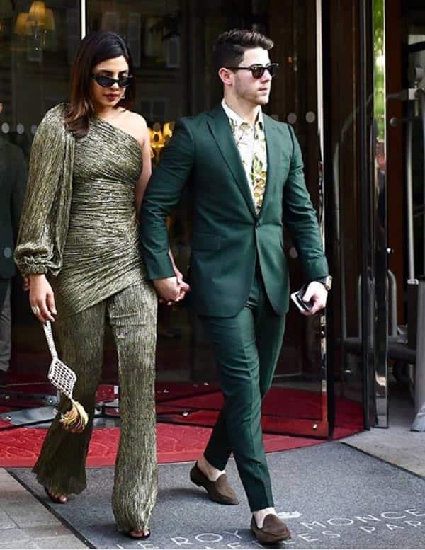 डार्क ग्रे कलर की ड्रेस में भी दिखा सॉलिड अंदाज