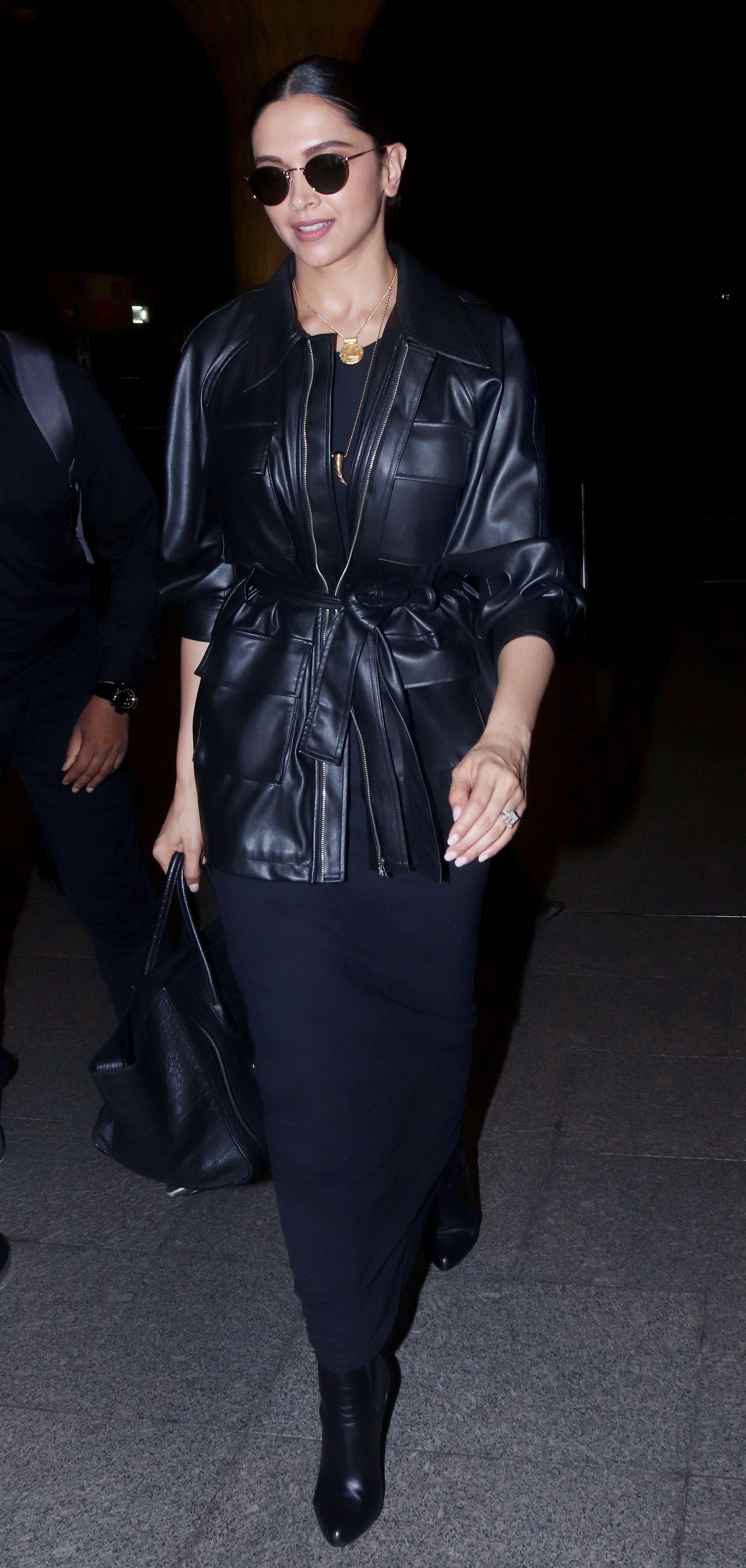 ब्लैक कलर के कपड़ो में खूबसूरत दिखाई दी