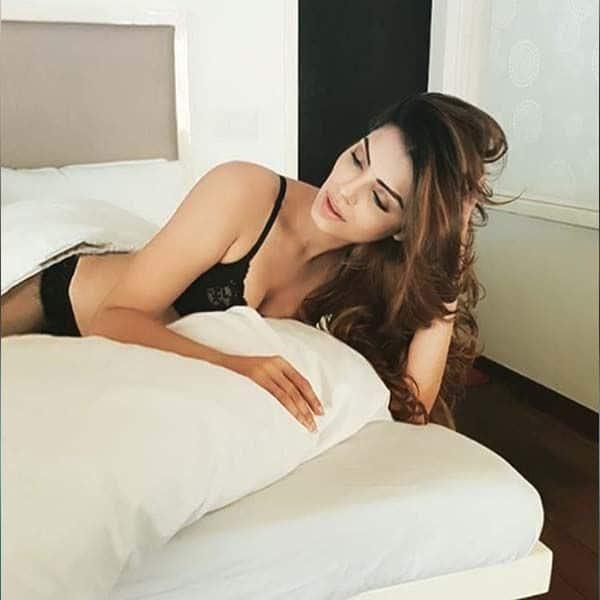 बेड पर आराम फरमाती सोनाली