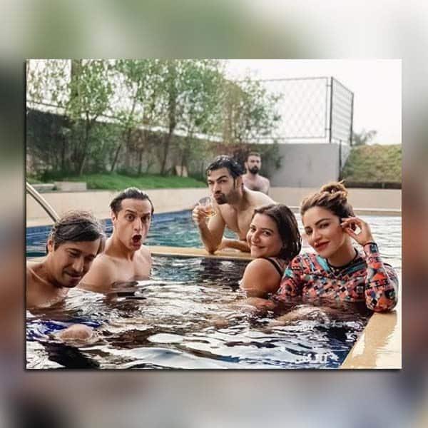 स्वीमिंग पूल में दिया पोज