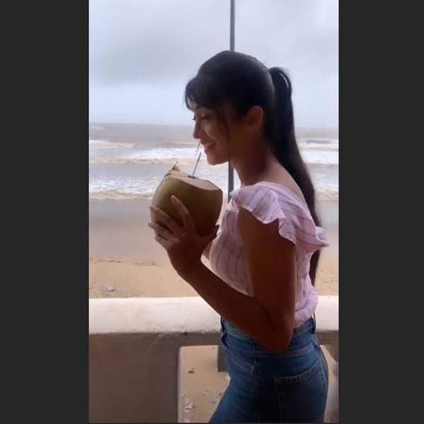 जमकर लिया नारियल पानी का मजा