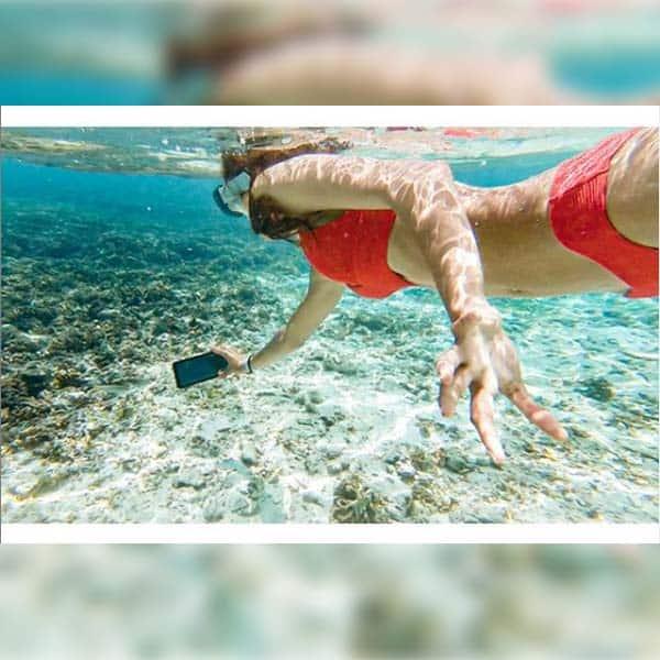 पानी के अंदर भी क्लिक कर डाली सेल्फी
