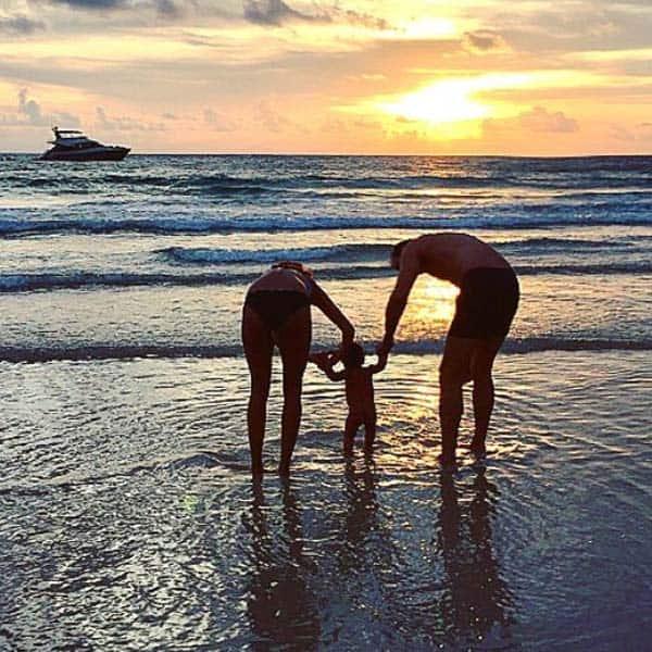 नन्हें पैरों को पानी पर चलवाया