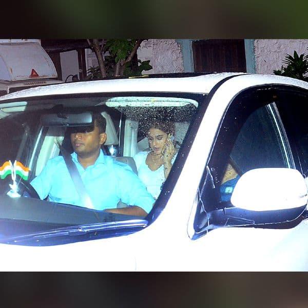 कार में भी व्यस्त दिखीं सारा अली खान
