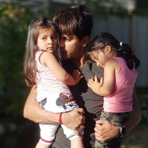 बेटियों के साथ आए नजर
