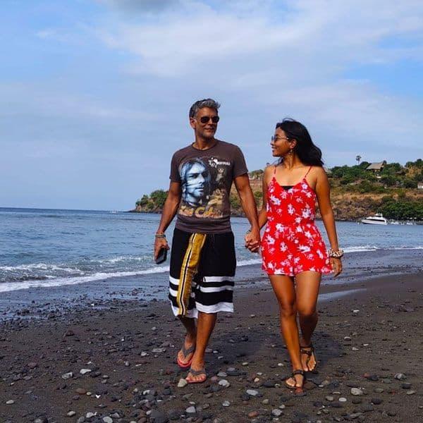 समुंद्र किनारे सैर-सपाटा करते Ankita Konwar और Milind Soman
