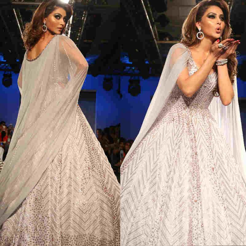 Lakme Fashion Week के रैम्प पर सिल्वर रंग का गाउन पहनकर उतरी Urvashi Rautela