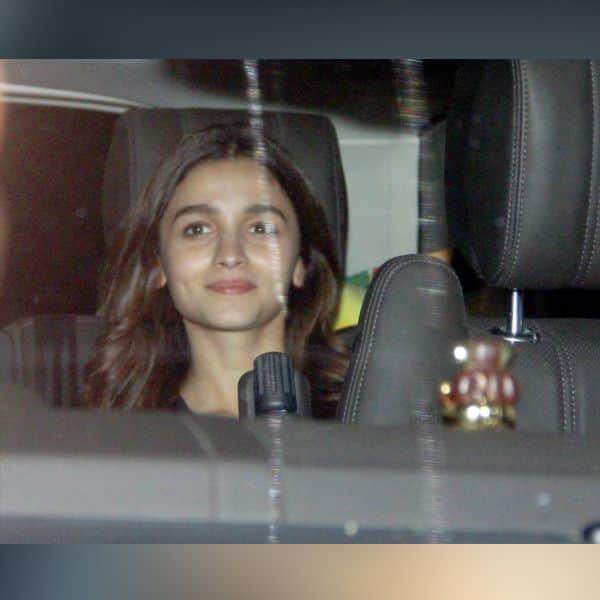 अपनी गाड़ी से पहुंची Alia Bhatt