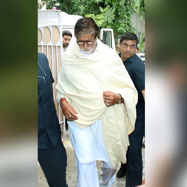 अमिताभ बच्चन दिखे घर के बाहर
